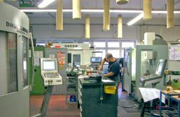 Werkstatt Deckel und Hurco (Klicken für Grossansicht)